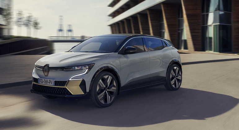 Por fora, o design chama atenção por mesclar elementos de SUV, hatchback e cupê