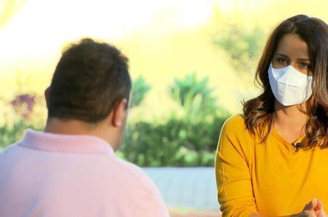 Adriana Araújo conversa com um dos homens envolvidos na fuga de Paulo Cupertino