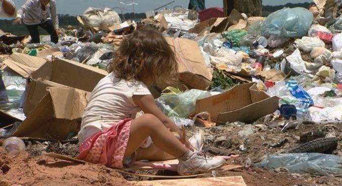 Repórter Record Investigação revela o retrato de adultos e crianças que trabalham nos piores lixões do Brasil