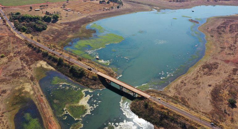 Represa da hidrelétrica de Água Vermelha quase seca, na cidade de Mira Estrela, interior de São Paulo