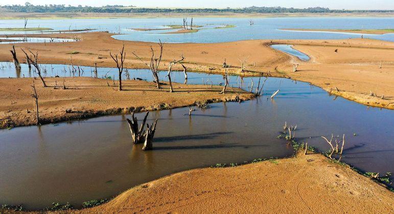 Represa da hidrelétrica de Marimbondo praticamente seca, entre Icem e Guaraci, interior de SP