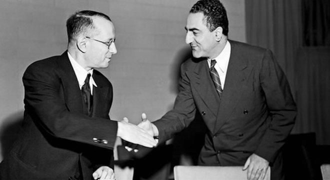 Representante da União Soviética cumprimenta um dos redatores da Declaração Universal, Charles Malik; documento é uma expressão de princípios de compromisso com os direitos humanos, e não uma lei em si própria