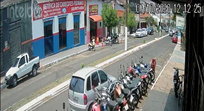 Motorista perde o controle e bate em 15 motos em Assis (SP)