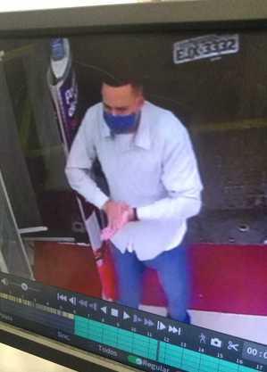 Câmera de segurança gravou suspeito de assaltar a farmácia