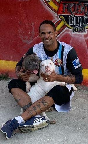 Goleiro Bruno postou foto com dois cães entre os braços