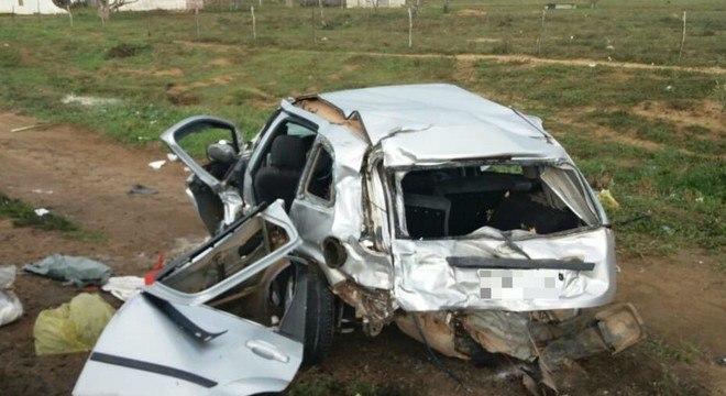 Carro ficou completamente destruído após a colisão