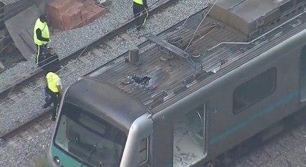 No detalhe, trem comprometido pelo fogo no RJ