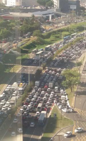 Manifestação pró-Lula causa grande engarrafamento