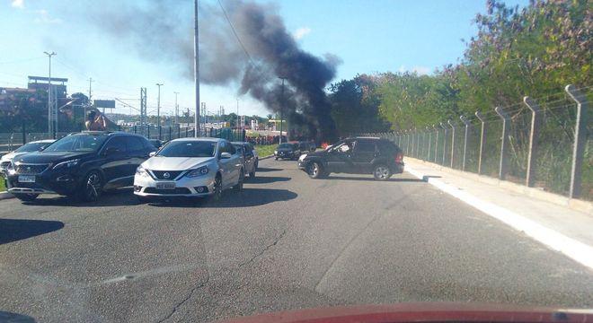 Manifestantes ateiam fogo em frente ao Aeroporto Internacional de Salvador