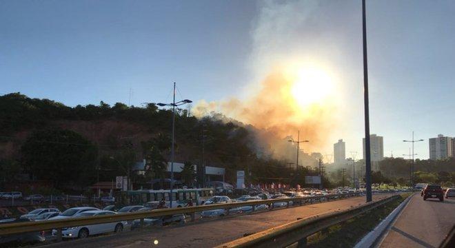 Por conta da fumaça e do horário, o trânsito está congestionado na região