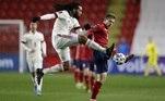 No entanto, as duas seleções empataram por 1 a 1, em Praga, pela segunda rodada do torneio que define vagas para a Copa do Mundo do Qatar 2022. Na foto, o belga Jason Denayer disputa a bola com o checoMatej Vydra