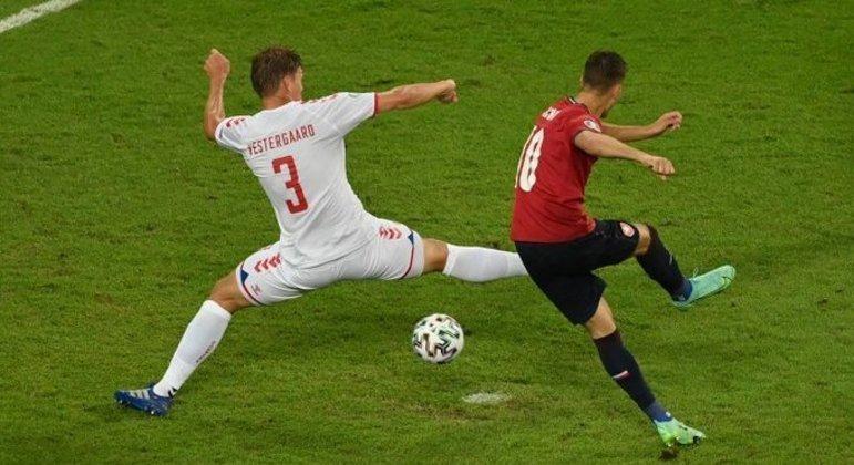 O momento do arremate de Schick, o seu quinto gol na Euro2020, como o CR7