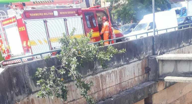 Bombeiros trabalham para resgatar homem que caiu no leito do ribeirão Arrudas, em BH