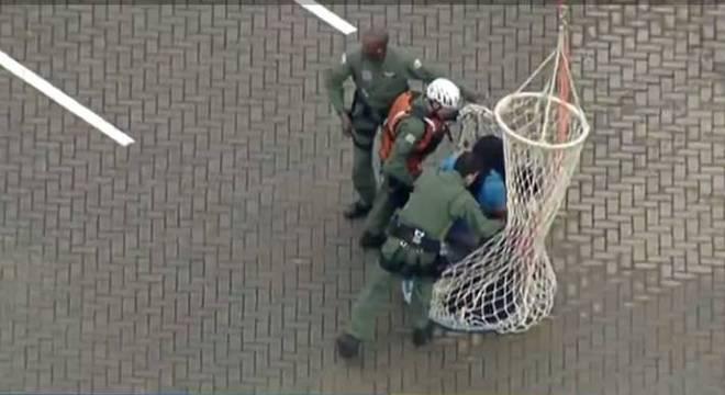 Helicóptero da PM apoia o Corpo de Bombeiros no resgate de vítimas das chuvas