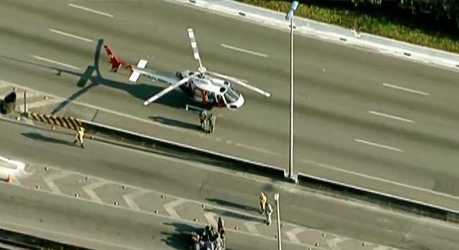 Helicóptero da PM pousa na Marginal Tietê após acidente para resgate