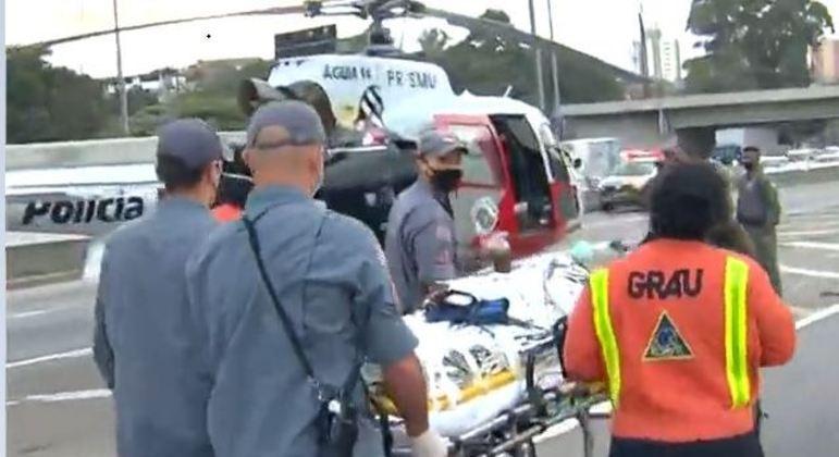 Helicóptero Águia pousou na Marginal Tietê para socorrer a vítima atropelada
