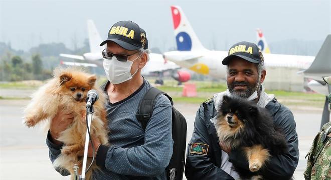 Garcia (à dir.) e Guggenheim, com seus cachorros, após serem libertados
