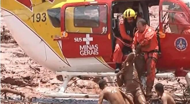 Bombeiros resgatam mulher que ficou submersa na lama