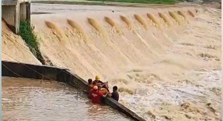 Vídeo mostra momento em que banhista é resgatado