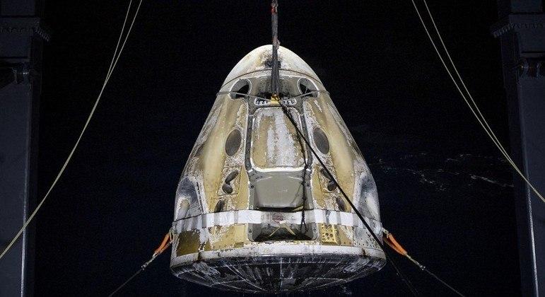 Cápsula Crew Dragon foi resgatada no oceano perto da Flórida na madrugada de domingo (2)