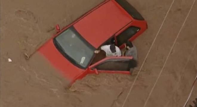Homem ficou preso em carro arrastado pela enchente