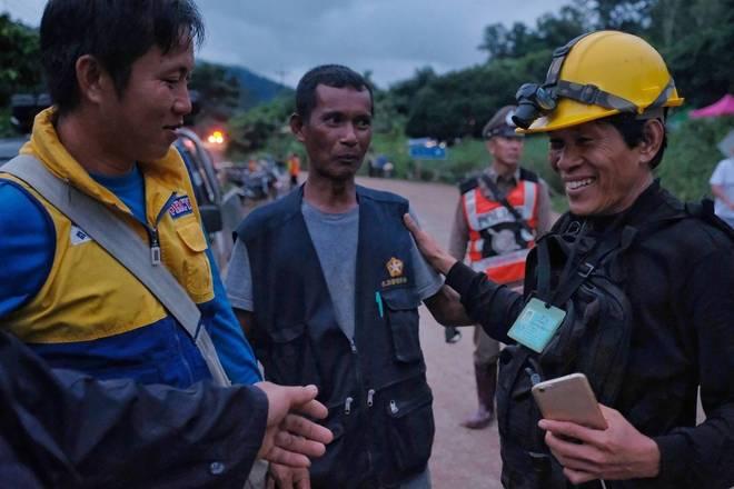 Treze mergulhadores de diversos países e cinco membros da Marinha tailandesa estão dentro da caverna para retirar as vítimas. O resgate tem sido mais rápido do que inicialmente se previu — autoridades chegaram a cogitar que poderia durar até quarta-feira (11)