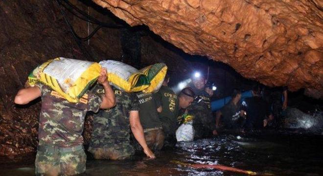 Militares tailandeses reúnem suprimentos para os meninos presos na caverna