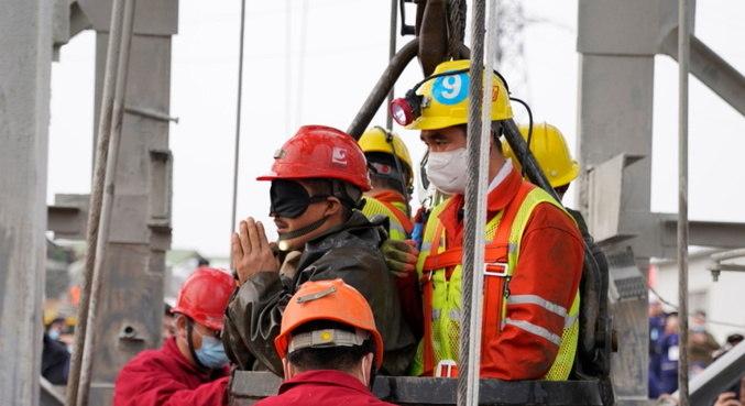 China confirma a morte de 10 dos 22 mineiros presos em mina de ouro