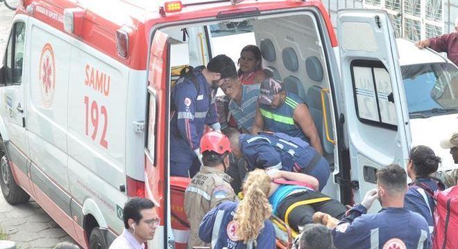 Resgate de feridos após acidente entre dois trens no Metrô do Recife