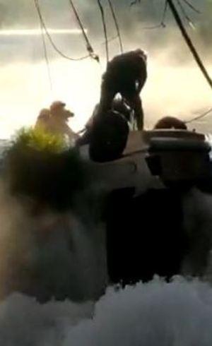 Carro caiu de ponta-cabeça e correnteza dificultou o resgate