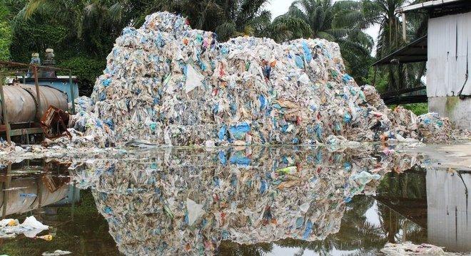 A cidade de Jenjarom agora se tornou sinônimo de resíduos plásticos
