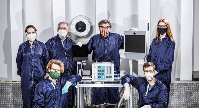 Os engenheiros do Laboratório de Propulsão a Jato da Nasa, com protótipo