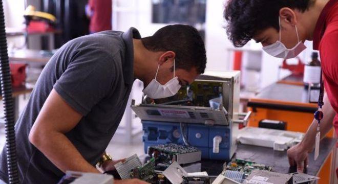 Além de fomentar a produção de respiradores, Senai também os conserta