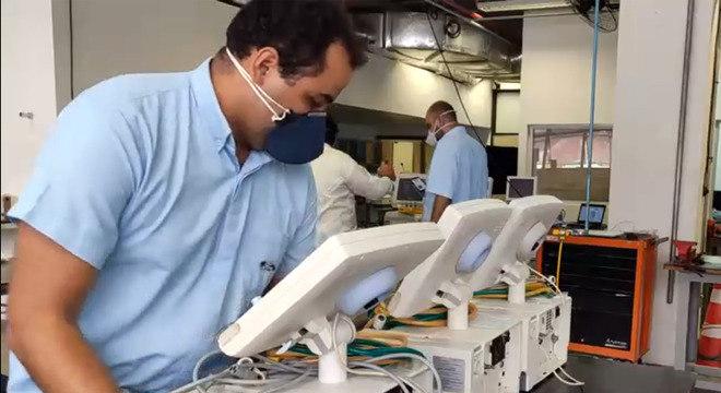 Voluntários estão consertando equipamentos para ajudar no combate à covid-19