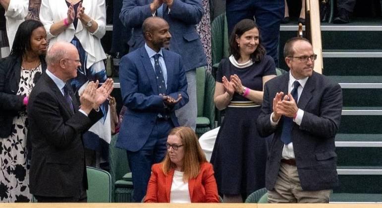 Sarah Gilbert, que coliderou esforços para criação da vacina de Oxford, é ovacionada em Wimbledon