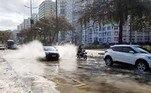 """SP - SANTOS/CLIMA/RESSACA - GERAL - Ressaca do mar atinge as muretas da Ponta da Praia, na cidade de Santos, litoral sul paulista, na tarde desta quinta-feira (2). O mar agitado é efeito do """"ciclone bomba"""", que atingiu o sul do País. 02/07/2020 - Foto: GUILHERME DIONíZIO/ESTADÃO CONTEÚDO"""