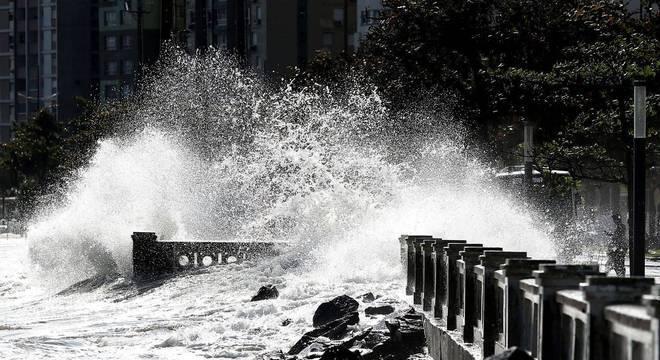 Ressaca em Santos provocada pela passagem do ciclone bomba em julho