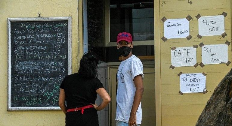Restaurantes e bares cubanos reabrem após ficarem fechados por sete meses