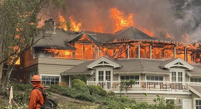 Restaurante de luxo em chamas na Califórnia