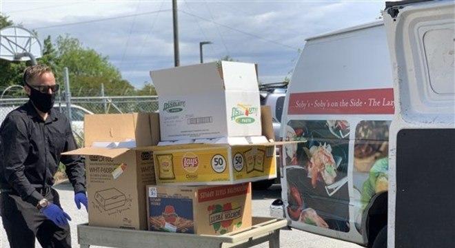 Alimentos são doados por empresas para ajudar restaurantes