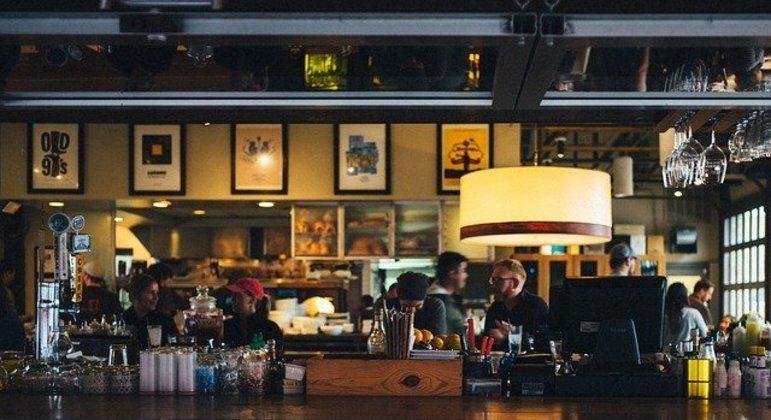 Alunos estão ajudando funcionários de bares e restaurantes