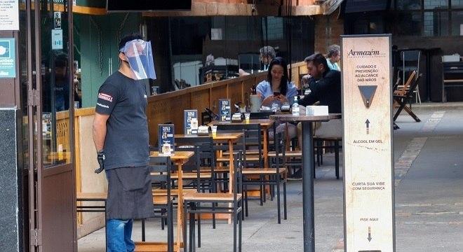 Restaurantes poderão abrir até 22h, bares devem fechar às 20h