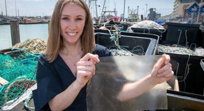 Designer britânica Lucy Hughes, de 24 anos, criou alternativa ao plástico feita de restos de peixe que é biodegradável