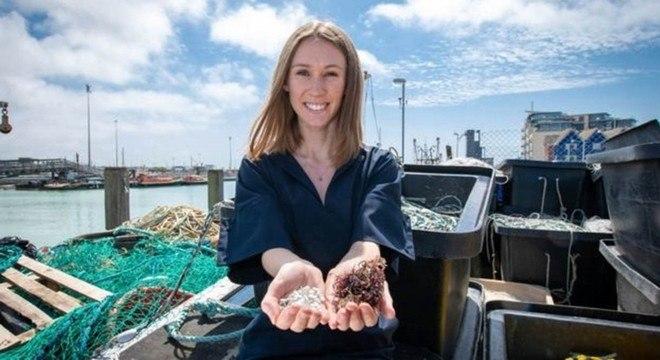 O material é feito de restos de peixe combinados com alga