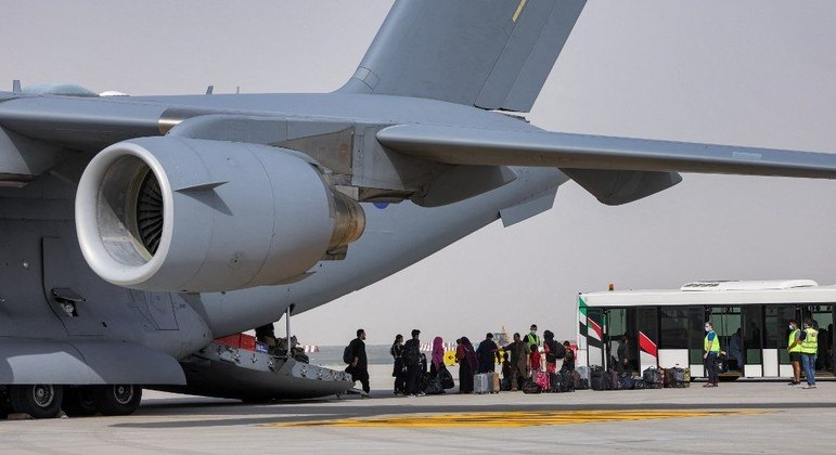 Estrangeiros e afegão são resgatados por aviões militares desde a tomada de Cabul pelo Talibã