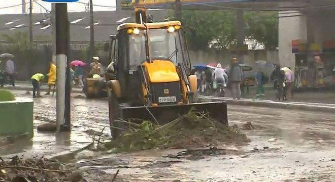 Houve deslizamentos de terra nos morros de Santos e há muita lama nas ruas