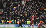 O segundo jogo foi na Inglaterra, entre Liverpool e Atletico de Madri, no dia 11 de março, quando os espanhóis venceram por 4 a 1. Mais de 3 mil torcedores do Atletico foram para Londres, que estava com alta taxa de infecção da covid-19. Levaram ainda mais problema para Madrid