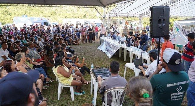 Reunião entre atingidos pela lama e representantes da Vale no Parque da Cachoeira