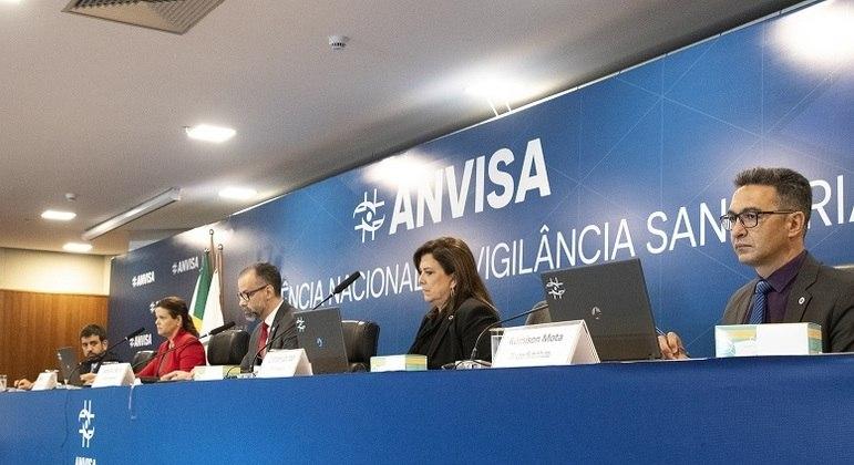 Reunião da Anvisa neste domingo (17) liberou uso emergencial das vacinas