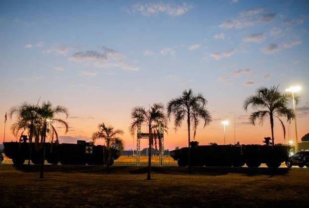 Veículos do Exército amanheceram em frente ao Palácio do Alvorada, em Brasília, nesta terça-feira